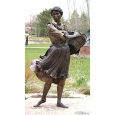 Бронзовая скульптура женщины с корзиной