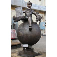 Скульптура из бронзы «Школьник на глобусе»
