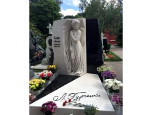 Портретная скульптура на могилу из белого мрамора.